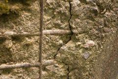 Alte Betonmauer mit Installationen Lizenzfreie Stockfotografie