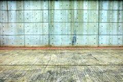 Alte Betonmauer mit Pflasterung Stockbilder