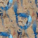 Alte Betonmauer mit Streifen der blauen Farbe Stockbild