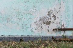 Alte Betonmauer mit zerbröckelnder Farbe Stockfotos