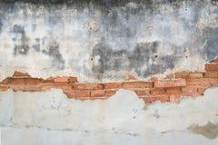 Alte Betonmauer mit Ziegelsteinhintergrund Stockbild