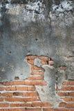 Alte Betonmauer mit Ziegelsteinhintergrund Stockfotografie