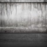 Alte Betonmauer und Asphalt Stockfotografie