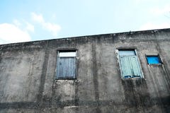 Alte Betonmauer und drei Fenster Stockfoto