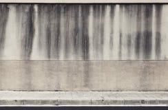 Alte Betonmauer und Straßenrand Stockbild