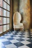 alte Betonmauer und Stuhl Lizenzfreie Stockbilder