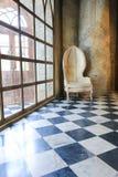 alte Betonmauer und Stuhl Stockfotos