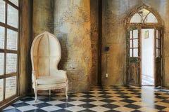 alte Betonmauer und Stuhl Stockfoto