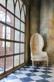 alte Betonmauer und Stuhl Stockfotografie