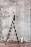 Alte Betonmauer, wenn Raum mit schmutzigem Boden, Werkzeugen und s repariert wird Lizenzfreies Stockbild