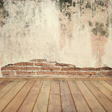 Alte Betonmauern und Holzfußboden für Text und Hintergrund Stockfoto