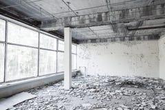 Alte Betonmauern und zerbrochene Fensterscheiben Lizenzfreie Stockfotos