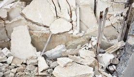 Alte Betonplatten in der Aufschüttung Stockfoto