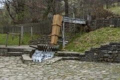 Alte Betriebswerkstatt mit Walkenmühle oder tepavitza für das Waschen der Wolle spinnt mit Wasser im Etar Lizenzfreie Stockfotos