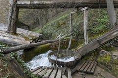 Alte Betriebswerkstatt mit Walkenmühle oder tepavitza für das Waschen der Wolle spinnt mit Wasser im Etar Stockbilder