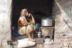 Alte Bettlerfrau auf Straße bei Dashashwamedh Ghat in Varanasi, Uttar Pradesh, Indien Stockbilder