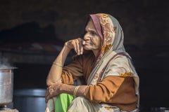 Alte Bettlerfrau auf Straße bei Dashashwamedh Ghat in Varanasi, Uttar Pradesh, Indien Stockfotos