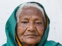 Alte Bettlerfrau des Porträts auf Straße in Varanasi, Uttar Pradesh, Indien Stockfotografie