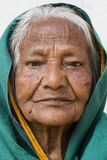 Alte Bettlerfrau des Porträts auf Straße in Varanasi, Uttar Pradesh, Indien Stockfotos