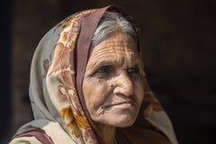 Alte Bettlerfrau des Porträts auf Straße in Varanasi, Uttar Pradesh, Indien Lizenzfreie Stockbilder