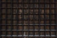 Alte, beunruhigte, dunkle Holzlagerung legt mit gelegentlichen Werkzeugen beiseite Stockbild