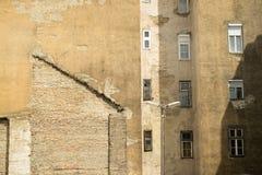 Alte beunruhigte Gebäude/Häuser Budapests mit Fenstern und Brandmauer/brandmauer lizenzfreie stockbilder