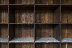 Alte, beunruhigte, leere hölzerne Lagerung legt beiseite Lizenzfreies Stockbild
