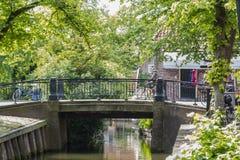 Alte bewaldete Brücke im Dorf des Edamers netherlands Lizenzfreie Stockfotografie