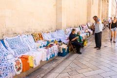 Alte Bewohner von Zadar traditionelle Andenken in Zadar, Kroatien verkaufend Lizenzfreie Stockbilder