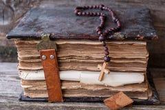 Alte Bibel auf Holztisch Stockfoto