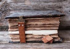 Alte Bibel auf Holztisch Stockbild