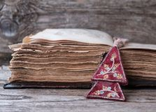 Alte Bibel auf Holztisch Stockfotografie