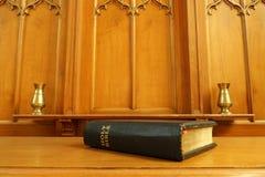 Alte Bibel auf Kommuniontabelle Stockfotos