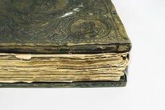 alte Bibel auf weißem Hintergrund Lizenzfreie Stockfotos
