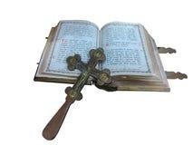 Alte Bibel des 19. Jahrhunderts und Kreuz lokalisiert über Weiß Stockbild