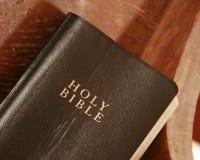 Alte Bibel in einer Kirchebank Stockbilder