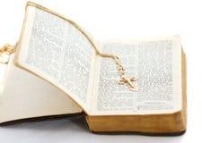Alte Bibel mit Kreuz Stockfotografie
