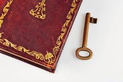 Alte Bibel mit Schlüssel Stockfotos