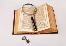 Alte Bibel mit Vergrößerungsglas Lizenzfreie Stockbilder