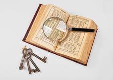 Alte Bibel mit Vergrößerungsglas Lizenzfreie Stockfotos