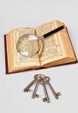 Alte Bibel mit Vergrößerungsglas Lizenzfreies Stockbild