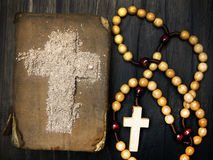 Alte Bibel, Rosenbeet und Kreuz der Asche - Ash Wednesday Stockfotos
