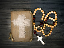 Alte Bibel, Rosenbeet und Kreuz der Asche - Ash Wednesday Lizenzfreie Stockfotos