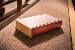 Alte Bibel-rote Buch-leere Schablonen-Lügenkirchen-Bank-Bank Woodd C Lizenzfreies Stockfoto