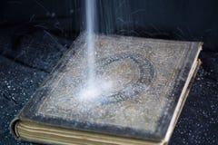 Alte Bibel, Staub, der von oben tröpfelt Lizenzfreies Stockbild