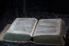 Alte Bibel, Staub, der von oben tröpfelt Lizenzfreie Stockbilder