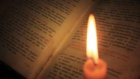 Alte Bibel und Kerze stock footage