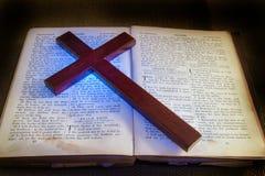 Alte Bibel und Kreuz Stockfotos