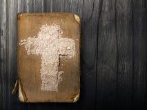 Alte Bibel und Kreuz der Asche Stockbild