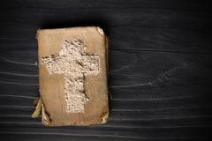 Alte Bibel und Kreuz der Asche - Ash Wednesday Lizenzfreie Stockfotografie